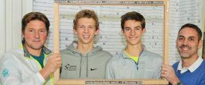 tvn-cheftrainer-bjoern-jacob-mit-constantin-zoske-und-henri-squire-aus-dem-tennisbezirk-duesseldorf-den-deutschen-u16-meistern-im-doppel-und-tvn-jugendwart-knut-diehlmann-fo