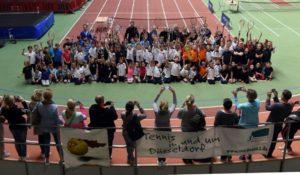 Begeisterte Teilnehmer grüßen aus der Arena; Foto: Horst Ossinger